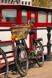 Город Амстердама с велосипедом в Голландии стоковые фотографии rf