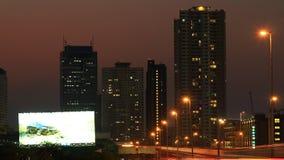 Город Бангкока на заходе солнца, движении на дороге и поезде неба сток-видео
