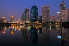 Город Бангкока на ноче с отражением горизонта, Бангкока, Таиланда Стоковое Изображение