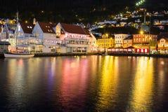 Город Бергена с водой на ноче Стоковое Изображение