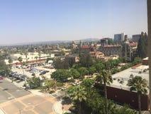 Город берега реки Калифорнии с гостиницей полета в предпосылке стоковые изображения rf