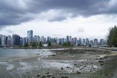 Город Ванкувера - драматического неба - ВАНКУВЕР - КАНАДА - 12-ое апреля 2017 Стоковая Фотография RF