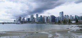 Город Ванкувера - драматического неба - ВАНКУВЕР - КАНАДА - 12-ое апреля 2017 Стоковое фото RF