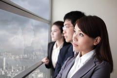 Город взгляда команды дела через окно Стоковые Фото