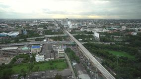 Город взгляд сверху высокий бульвар города захода солнца городских округов с занятыми дорогами в зябком видеоматериал