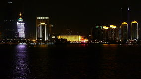Город взморья на ноче, небоскребы, метрополия, взгляд ночи неоновый, Гонконг, Нью-Йорк сток-видео