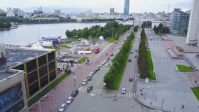 Город движения дня, современные здания Жизнь в виде с воздуха города Взгляд сверху людей движения в городе сток-видео