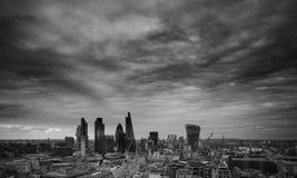Город горизонта квадратная миля района Лондона финансового с штормом Стоковые Фото