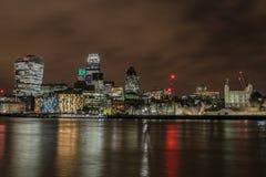 Город горизонта Лондона на ноче стоковое изображение