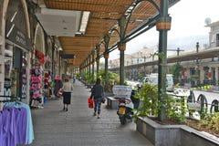 Город жизни Тивериады на улицах: люди, автомобили на улице Стоковые Фото