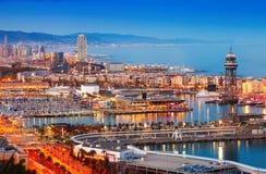 Город и порт Барселоны в вечере стоковые фотографии rf