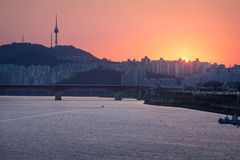 Город и Река Han Сеула захода солнца Стоковые Изображения RF
