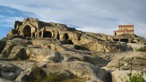 Город и церковь пещеры Upliscikhe в Georgia на солнечный день Стоковые Изображения RF