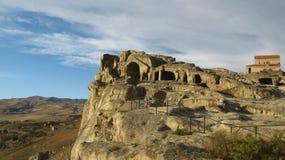 Город и церковь пещеры Upliscikhe в Georgia на солнечный день Стоковые Изображения
