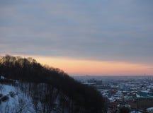 Город Киева с изумительным заходом солнца оранжевого желтого цвета красным над грандиозным городом, Украиной Стоковое фото RF