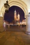Город Кракова в Польше к ноча Стоковое Изображение RF