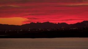 Город морем против неба на заходе солнца видеоматериал