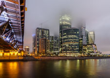 Город Москвы делового центра на ноче в тумане Стоковые Изображения RF