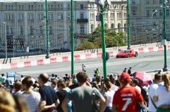 Город Москвы участвуя в гонке автомобиль красного цвета Феррари F1 гоночного автомобиля a стоковые изображения