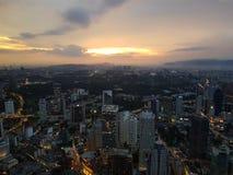 город над заходом солнца стоковые изображения rf