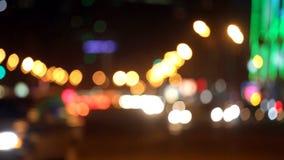 Город на предпосылке ночи с автомобилями видеоматериал