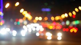 Город на предпосылке ночи с автомобилями акции видеоматериалы