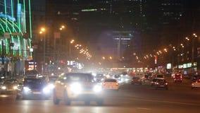 Город на предпосылке ночи с автомобилями сток-видео
