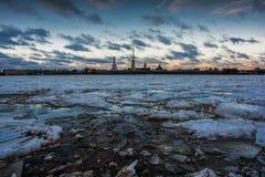 Город на реке Neva Стоковые Изображения