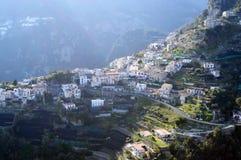 Город на холме, взгляд от виллы Cimbrone, южной Италии стоковые фото