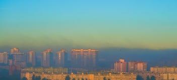 Город неба утра тумана строя промышленное загрязнение Стоковые Фото