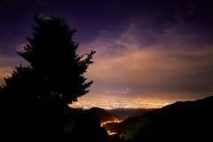 Город ночи и звёздное небо стоковое изображение rf