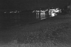 Город ночи и море Стоковая Фотография RF