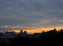 Город ночи с оранжевым заходом солнца сегодня, Киев, Украина Город мира Стоковые Изображения