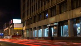 Город ночи с проходя автомобилем Стоковая Фотография RF
