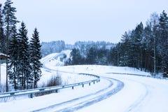 город около железнодорожной дороги светит солнцу снежка к древесине зимы стоковое изображение rf