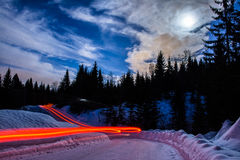 город около железнодорожной дороги светит солнцу снежка к древесине зимы Стоковое Изображение
