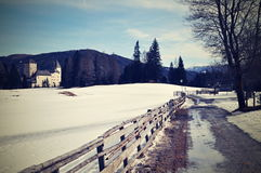 город около железнодорожной дороги светит солнцу снежка к древесине зимы Стоковое фото RF