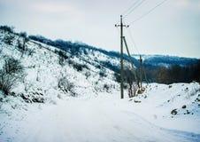 город около железнодорожной дороги светит солнцу снежка к древесине зимы ландшафт outdoors склоняет зима спорта снежка Стоковые Фото