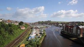 Городок взморья Whitby северного Йоркшира Англии Великобритании и назначение туриста в лете с взглядом реки Esk к аббатству видеоматериал