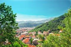 Городок в долине горы стоковое изображение rf