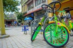 Городок Джордж, Малайзия - 10-ое марта 2017: Велосипеды в красивых городских улицах во второй по величине городе  Стоковая Фотография