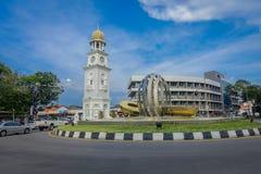 Городок Джордж, Малайзия - 10-ое марта 2017: Красивый вид башни с часами и современной скульптуры фонтана в городе Стоковые Изображения RF