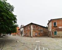 Городок, здания и собака Стоковые Фотографии RF