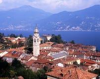 Городок и озеро Como, Menaggio, Италия. стоковая фотография rf