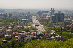 Городок коттеджа на предпосылке небоскребов Стоковая Фотография RF