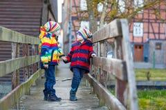 Городок 2 мальчиков маленького ребенка outdoors весной Стоковые Фото