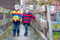 Городок 2 мальчиков маленького ребенка outdoors весной Стоковое фото RF
