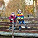 Городок 2 мальчиков маленького ребенка outdoors весной Стоковые Фотографии RF