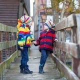 Городок 2 мальчиков маленького ребенка outdoors весной Стоковое Изображение