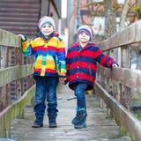 Городок 2 мальчиков маленького ребенка outdoors весной Стоковая Фотография